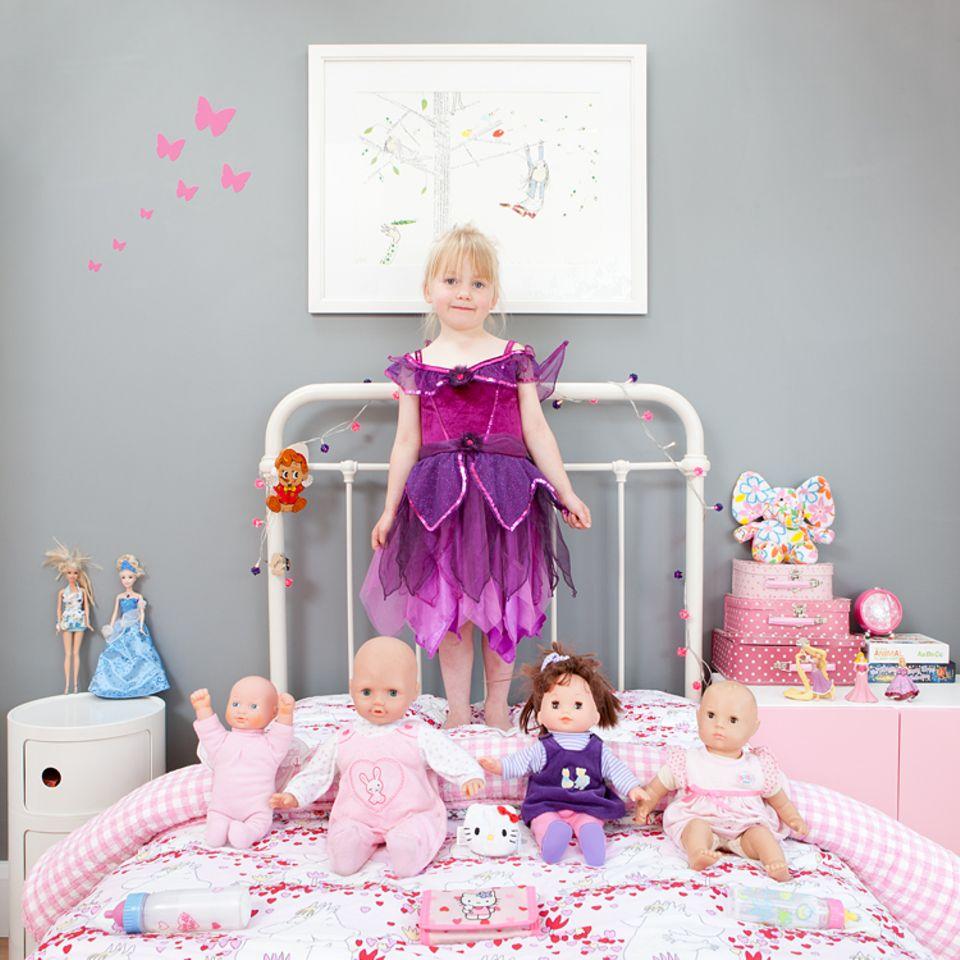 Sofia, 4, lebt mit ihren Eltern in einer ausgebauten ehemaligen Scheune. Die Puppen sind ihr ein und alles, sie trägt sie oft umher und füttert sie hingebungsvoll