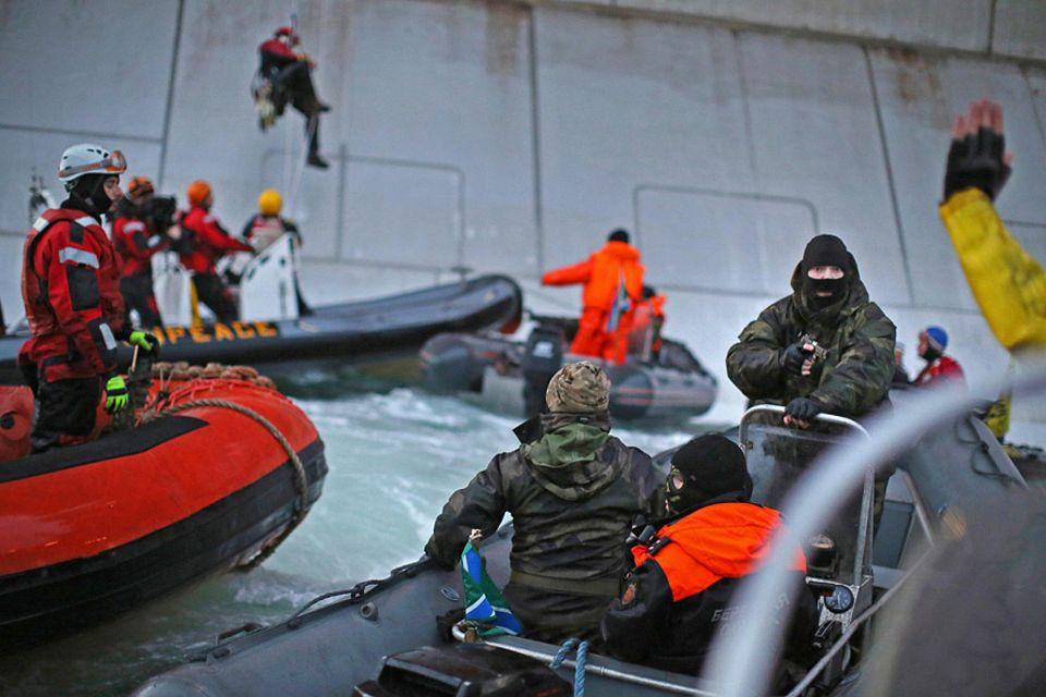 Greenpeace-Protest: Dramatische Szenen: Der Greenpeace-Protest an der Prirazlomnaya-Plattform wird von der russischen Küstenwache energisch gestoppt