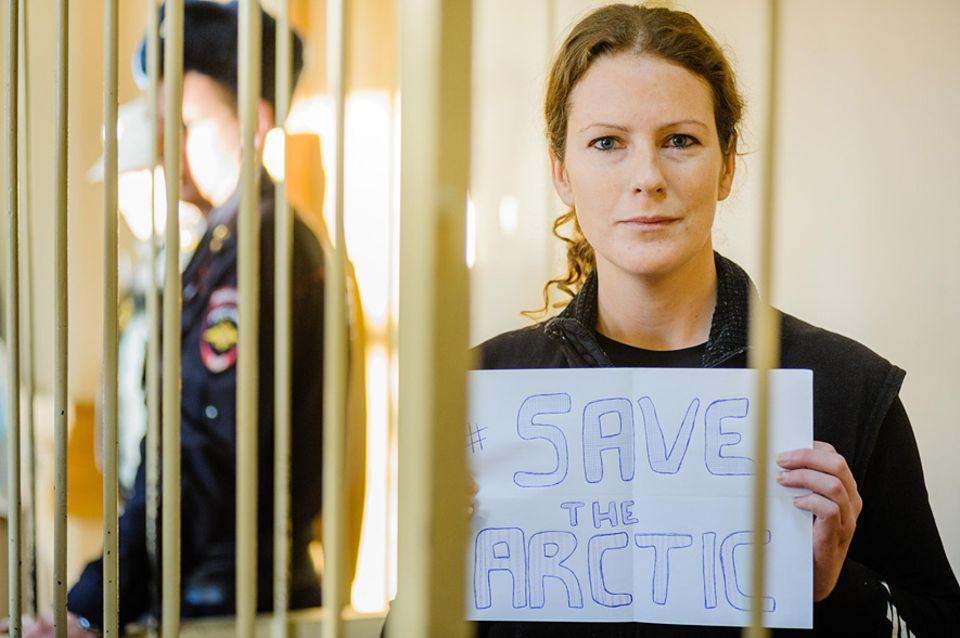 Greenpeace-Protest: Die brasilianische Aktivistin Paula Alminhana Maciel vor Gericht in St. Petersburg. Sie wurde am Mittwoch als erste Aktivistin gegen Zahlung von 45.000 Euro Kaution aus der Haft entlassen