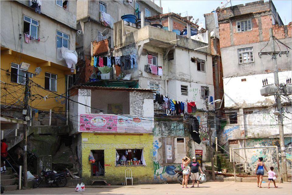 Rio de Janeiro: Trotz des Erfolges von Casa Tela sind immer noch Häuser vom Abriss bedroht, laut Stadt gilt der obere Teil der Favelas als Risikogebiet