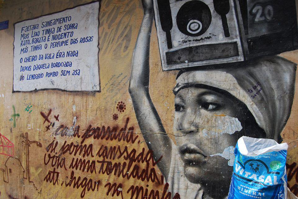 Rio de Janeiro: Zu den meisten Bildern gibt es eine kurze Erklärung. Hier geht es um das Wasser, welches die Frauen bis Mitte der 80er Jahre auf dem Kopf in die Favela balanciert haben