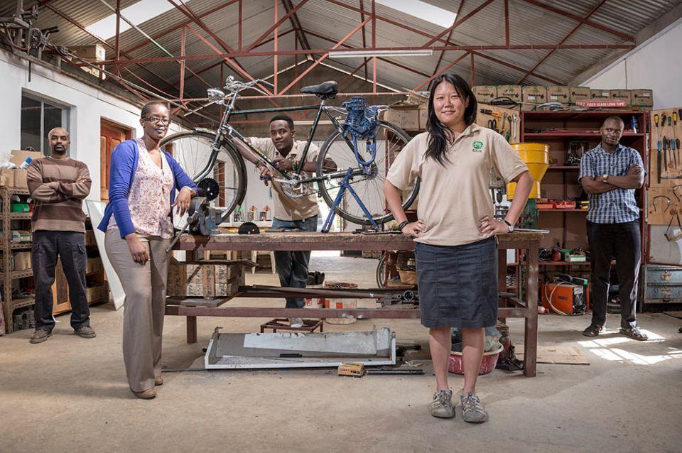 Lowtech-Erntehilfe: Jodie Wu mit Mitarbeitern ihrer Firma GCS Tanzania Ltd. am Stadtrand von Arusha