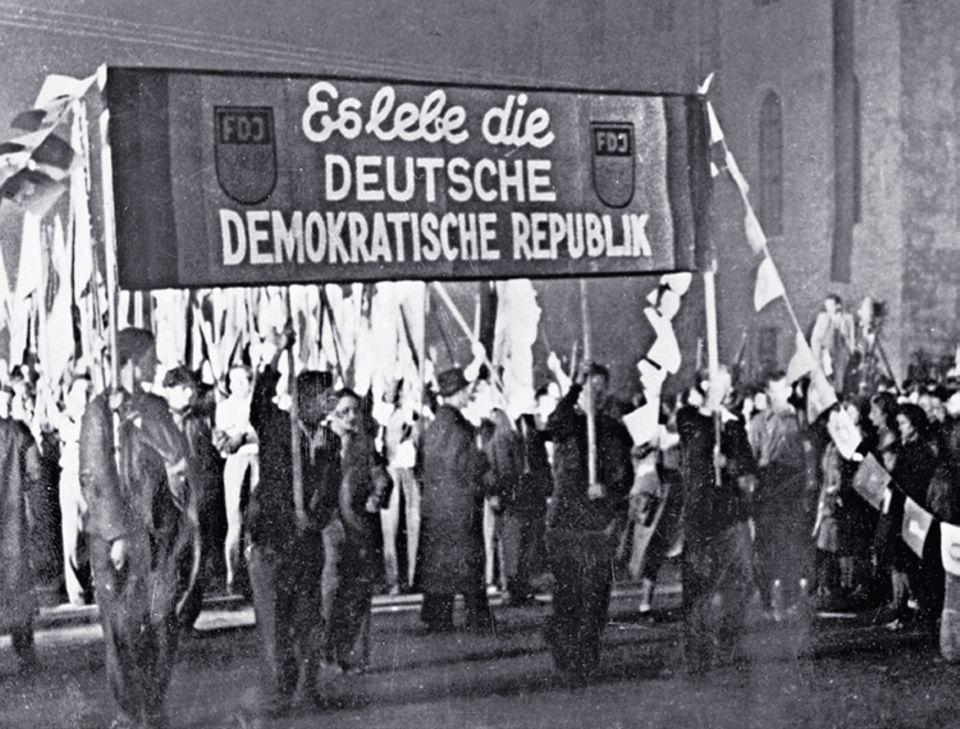 1949: Gründung der DDR: Knapp fünf Monate nach der Gründung der Bundesrepublik entsteht am 7. Oktober 1949 die DDR: Festzug in Ostberlin