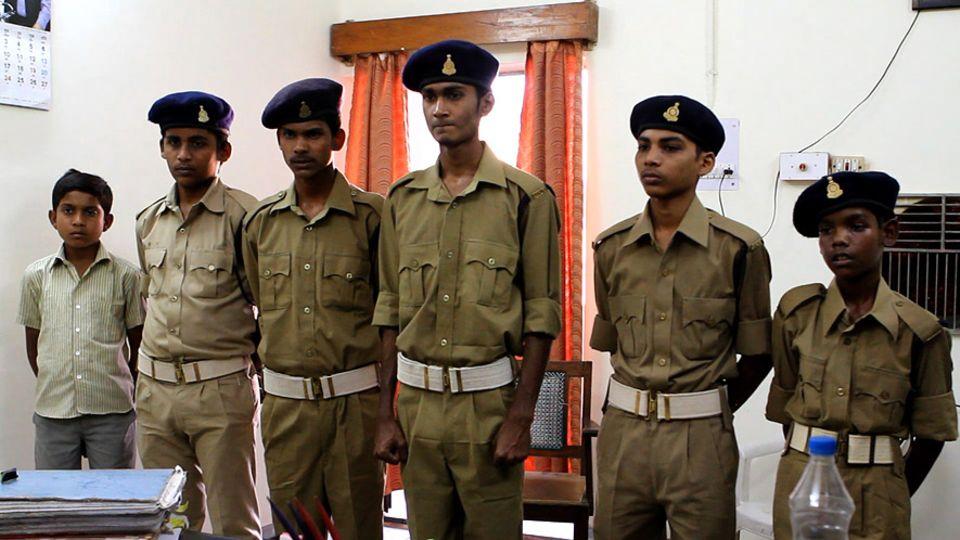 Insgesamt etwa 300 Kinder im indischen Bundesstaat Chhattisgarh melden sich mehrmals pro Woche nach der Schule zum Dienst bei Polizeistationen in ihren Heimatorten