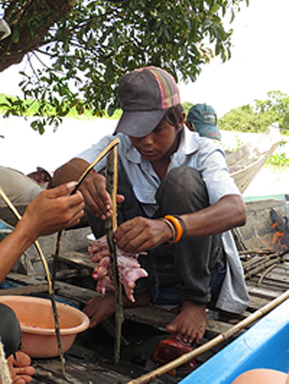 Die Rattenfänger würzen das Fleisch mit viel Knoblauch, Zucker und Glutamat. Anschließend wird es gegrillt