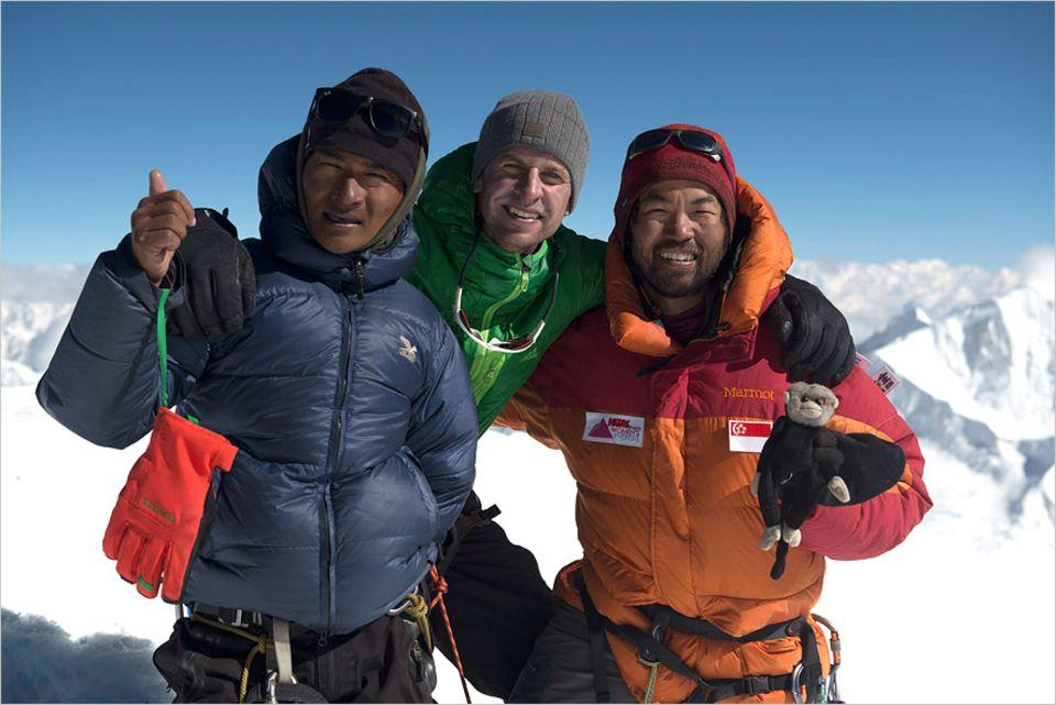 """Interview: Ohne Jangbu Sherpa, links auf dem Foto, hätte es die GEO-Geschichte über die Himalaya-Expedition nicht gegeben. Er trug Lasten, sorgte für Trost und Ermunterung und sicherte Fotograf Stefen Chow (rechts) ab. """"Unglaublich stark. Und unglaublich nett"""", wie Geo-Redakteuer Lars Abromeit (Mitte) voller Dankbarkeit sagt"""