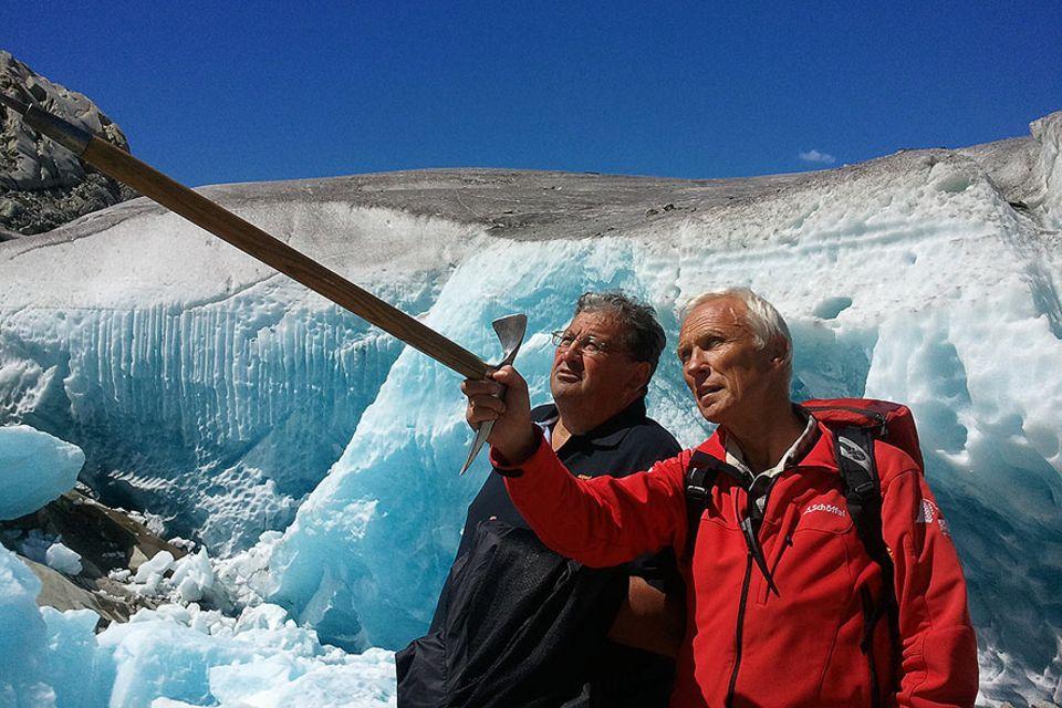 Bergführer Herbert Volken und Bauer Albert Franzen am Rande des Aletschgletschers