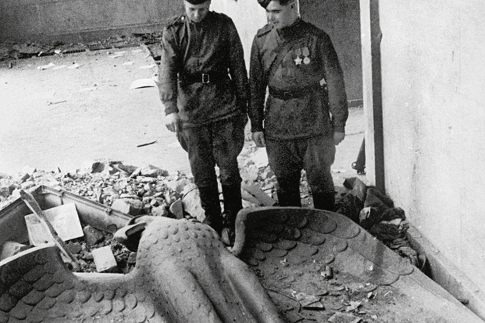 Kriegsende 1945: Nach den tagelangen Straßenkämpfen um Berlin besichtigen Soldaten der sowjetischen Roten Armee die Überreste von Adolf Hitlers Reichskanzlei - dem politischen Zentrum der nationalsozialistischen Diktatur