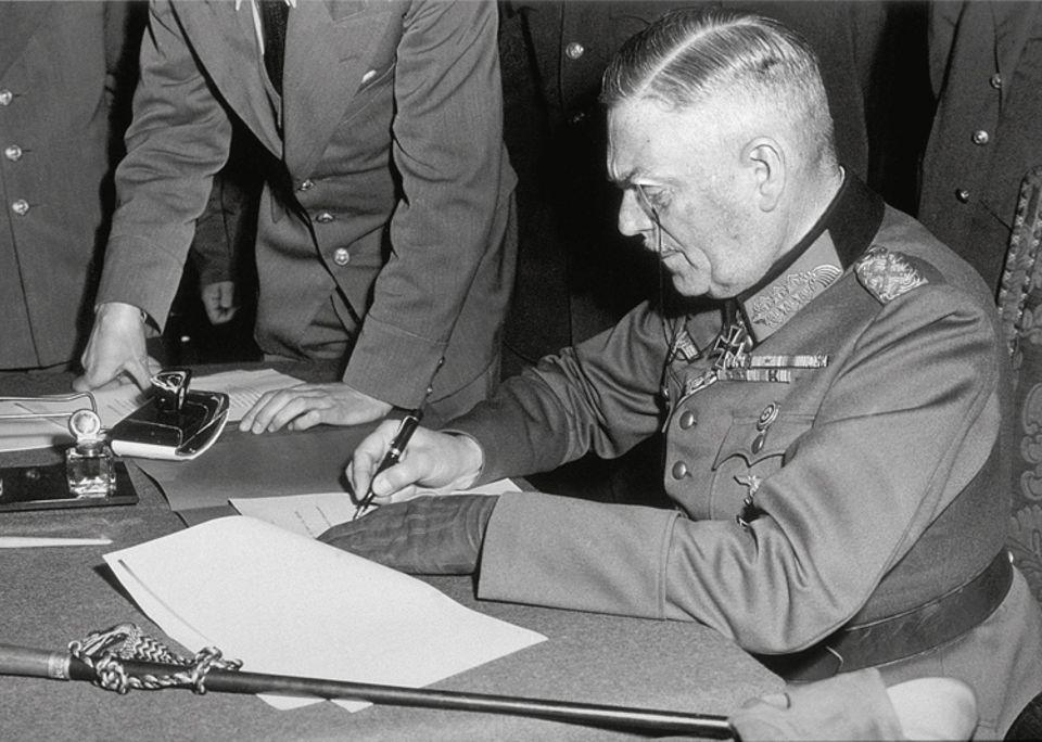 Kriegsende 1945: Wilhelm Keitel, Chef des Oberkommandos der Wehrmacht, unterzeichnet in Berlin-Karlshorst die Kapitulationsurkunde. Die Unterwerfung ist bedingungslos, die Niederlage total: Von nun an übernehmen die Siegermächte de facto die Regierungsgewalt in Deutschland