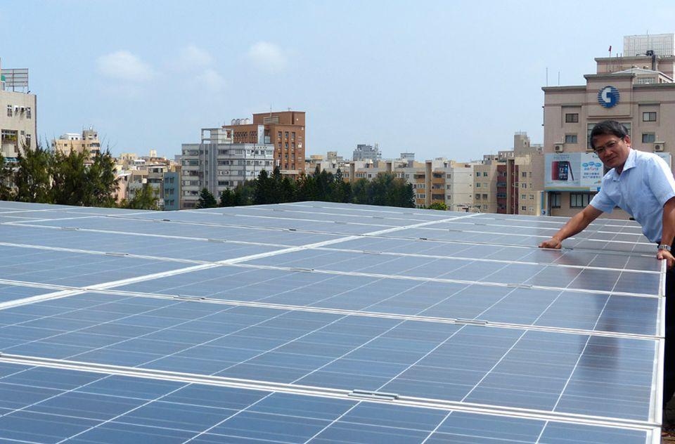 Exportschlager Energiewende: Die Kraft der Sonne: Verwaltungschef Daniel Hung und die Solaranlage auf dem Dach der Regionalregierung
