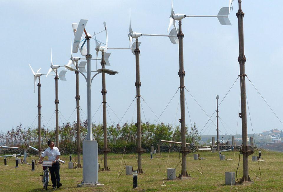 Exportschlager Energiewende: Windige Forschung: Professor Wu Wun-chin auf dem Windrad-Testgelände auf dem Campus seiner Uni (National Penghu University of Science and Technology)