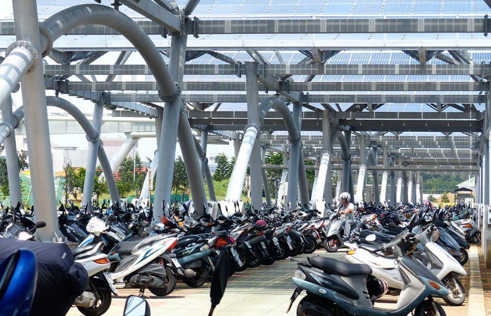 Exportschlager Energiewende: Im Schatten: Vor dem Flughafen von Magong dienen die Solarpanele zugleich als Dach für den Motorroller-Parkplatz