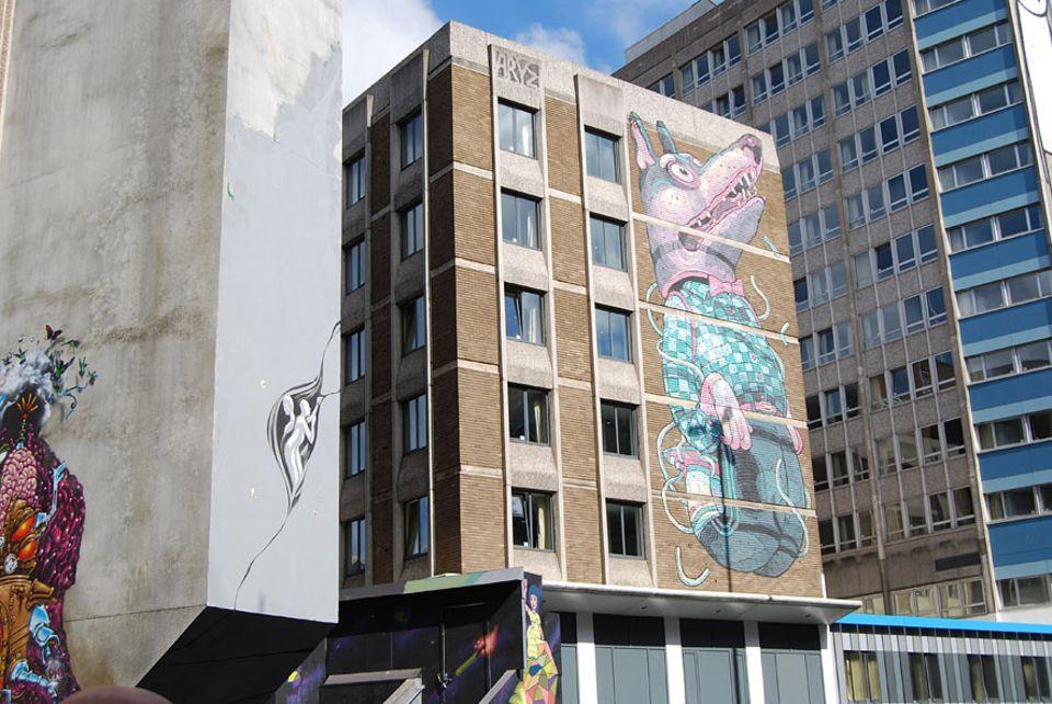Städtetrip: Die Außenfassaden der Waschbeton-Bauten in der Nelson Street zieren inzwischen Kunstwerke von weltbekannten Street-Art-Künstlern. Hinter den Fassaden entstehen momentan Unterkünfte für Studenten der Bristol University