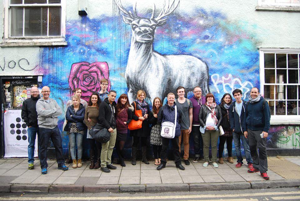 Städtetrip: John Nation (Mitte mit Tasche) empfängt immer samstags Gäste aus aller Welt, die mit ihm die sprühende Kunst in Bristol entdecken wollen