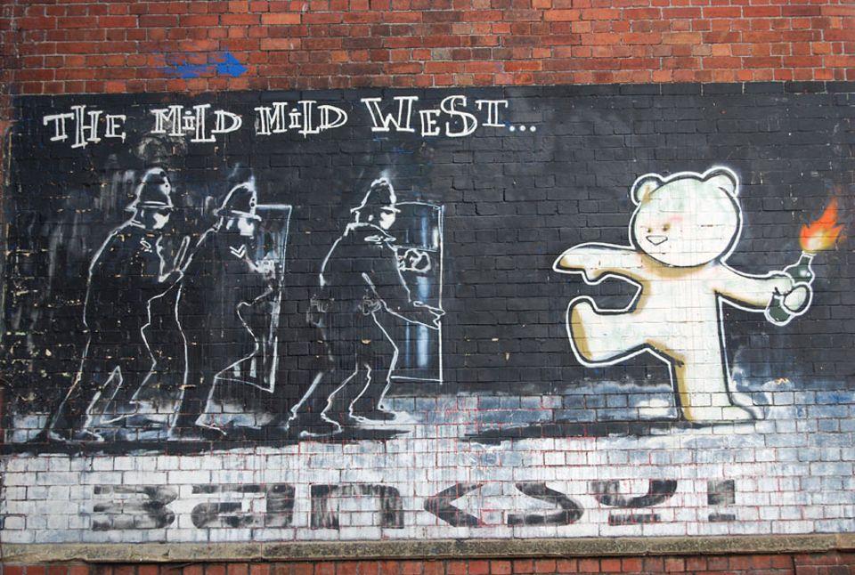 """Städtetrip: An der Wand des Restaurants """"The Canteen"""" prangert mit ein """"The Mild Mild West"""" ein echter Banksy"""