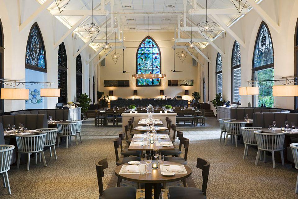 """Reisetipps Singapur: In der ehemaligen Militärkirche von Dempsey hat das Restaurant """"The White Rabbit"""" ein zu Hause gefunden"""