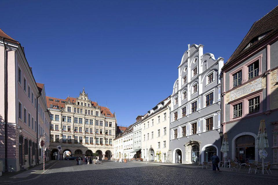Städtetrip: Perfekte Filmkulisse die Altstadt von Görlitz. Das Neue Rathaus und die Bürgerhäuser am Untermarkt strahlen um die Wette