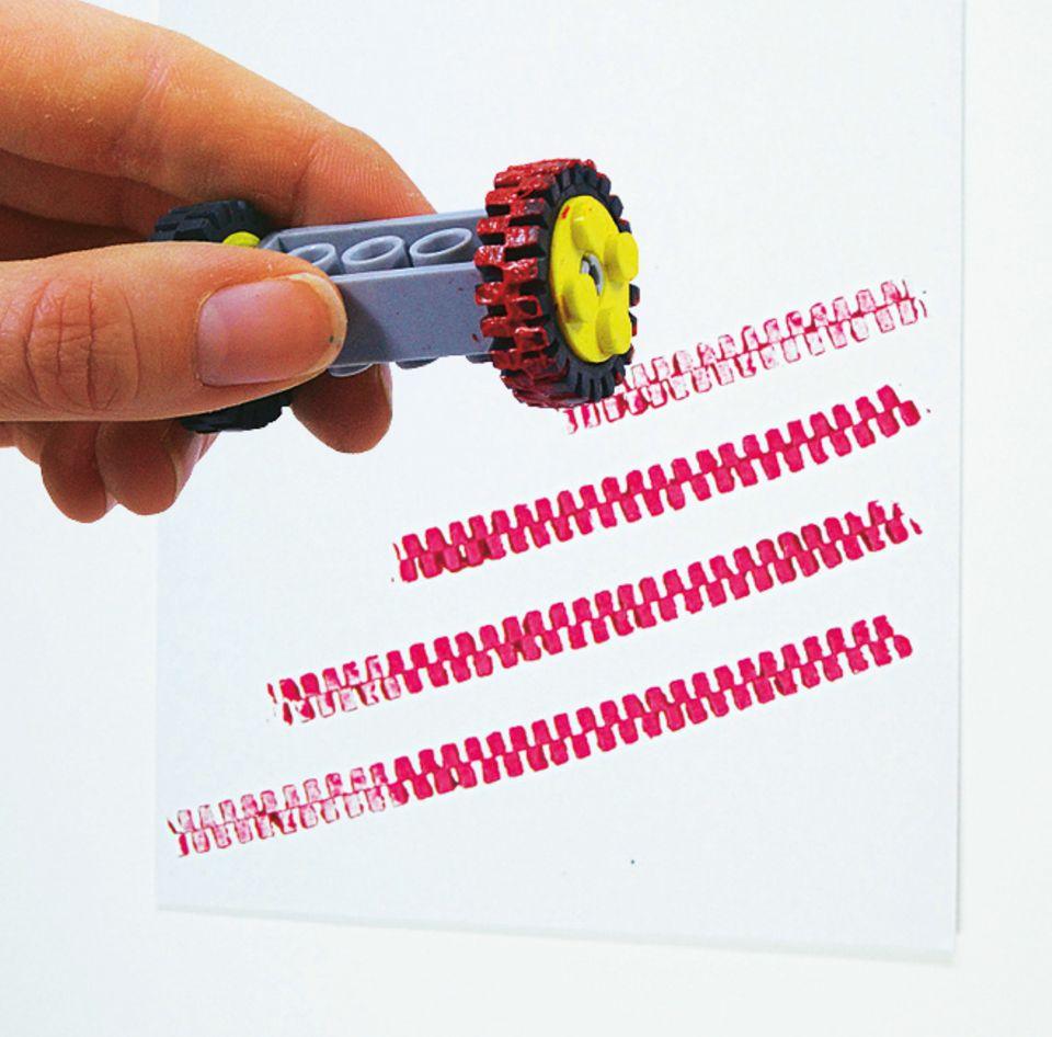 Bastelideen: Hättet ihr gedacht, dass ein Spielzeugreifen solche Muster zaubern kann?