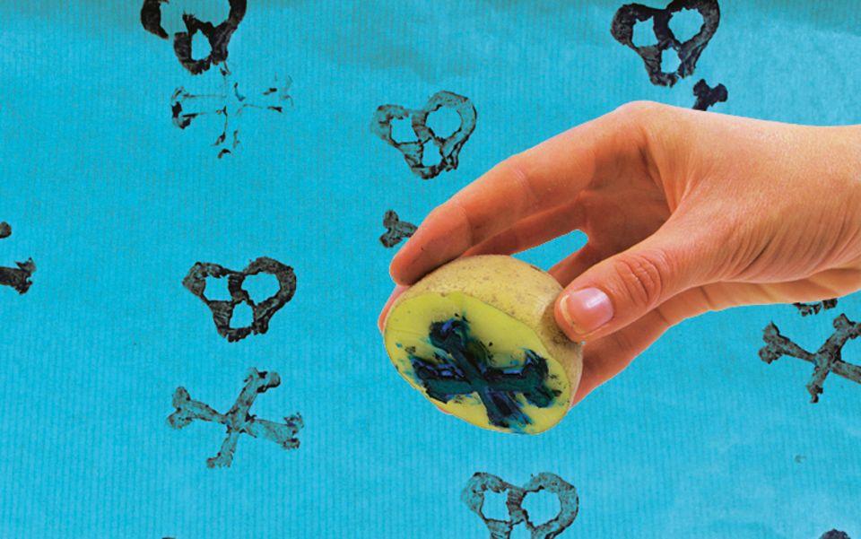 Bastelideen: In eine Kartoffel kann man fast jedes Muster schnitzen