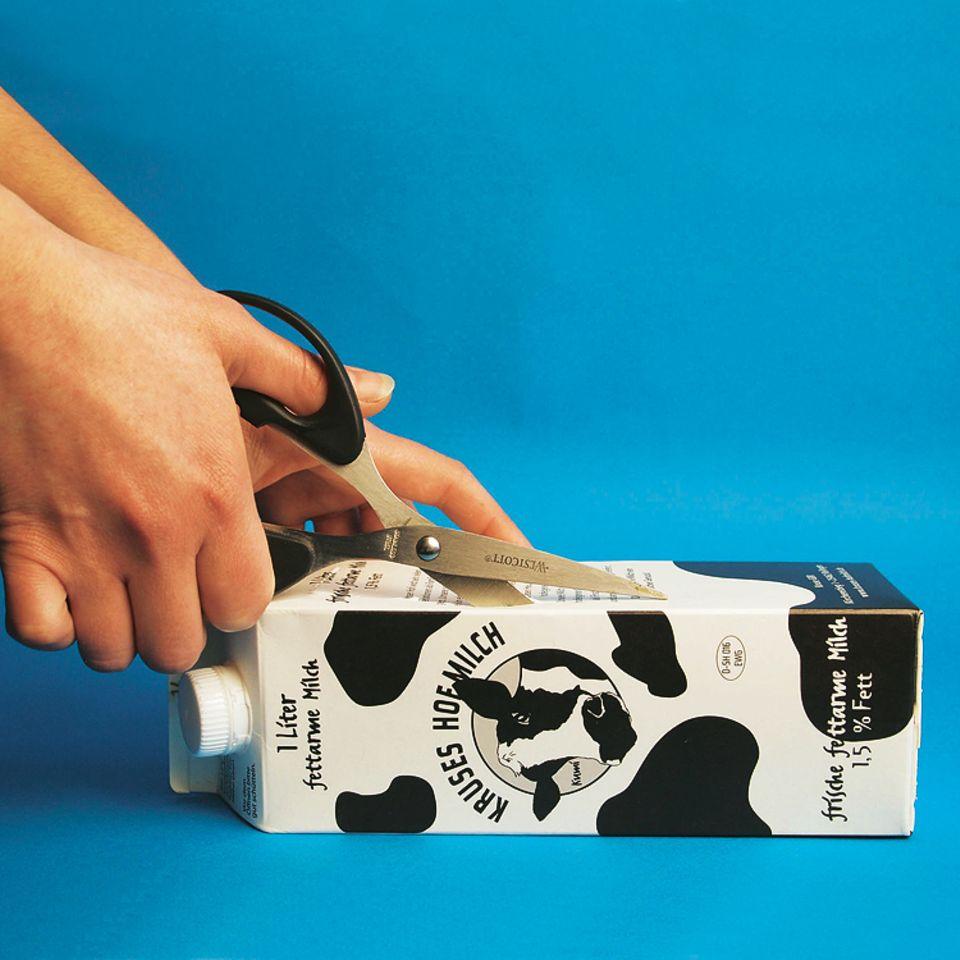 Basteln: Zuerst den Karton aufschneiden