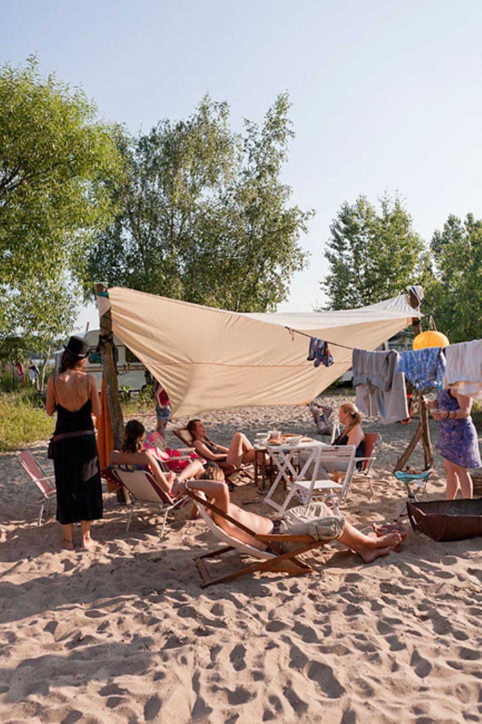 Hamburg: Das Elbecamp ist besonders bei Familien beliebt, Kinder können hier am Wasser spielen, während die Eltern in der Hängematte entspannen