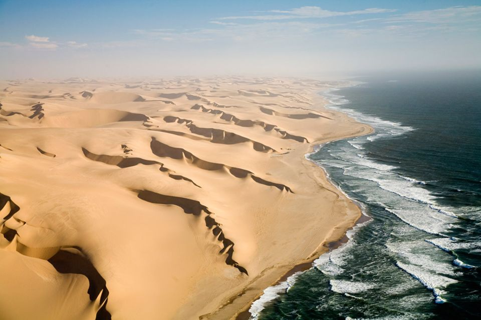 Sauerstoffmangel im Meer: An der Küste Namibias trifft das 14 Grad kalte und nährstoffreiche Meer auf extrem trockene Wüstengebiete