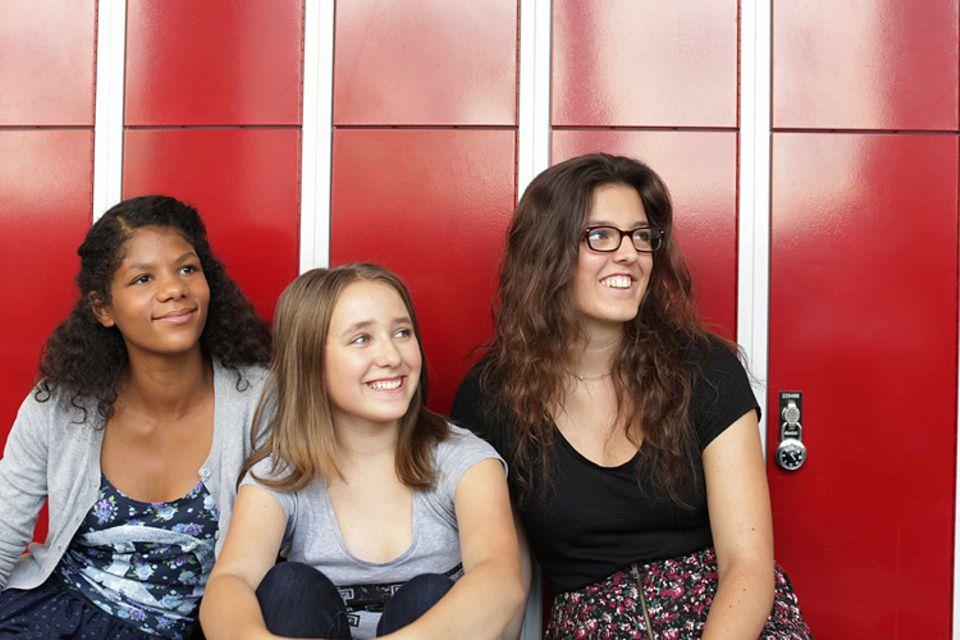 """Jamila, Alma und Lara-Luna äußern im Buch """"Wie wir Schule machen"""" ihre Meinung zum Schulsystem und schlagen Verbesserungen vor"""