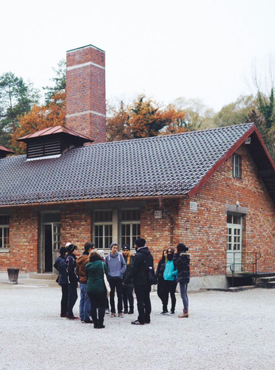 Eine Schulklasse besucht das ehemalige Konzentrationslager Dachau