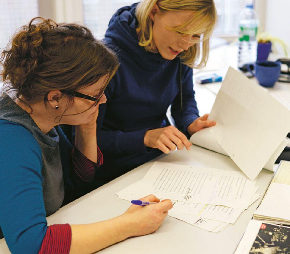 Es gab schließlich es viel zu berichten - viel zu viel! Textchefin Katharina redigiert den Text und hilft beim Kürzen