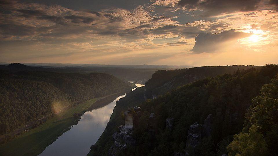 Das Elbsandsteingebirge im Herbst. Direkt am Ufer der Elbe erheben sich die berühmten, zerklüfteten Felsformationen