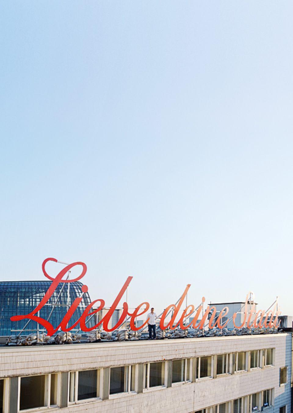 Köln: Der Künstler Merlin Bauer fordert die Kölner in großen roten Lettern auf ihre Stadt zu lieben