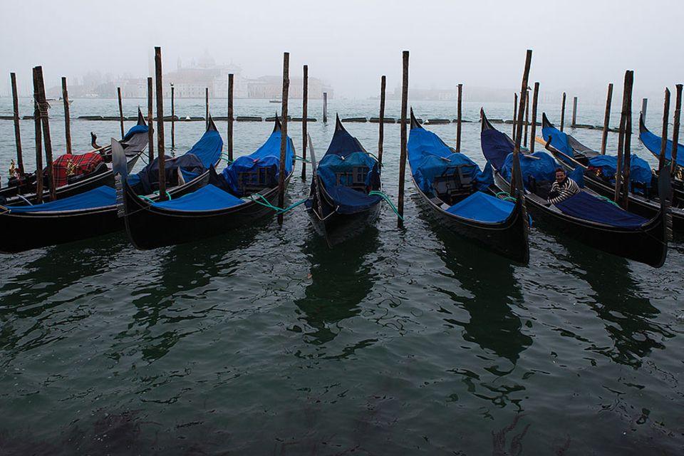 Die wenigen Boote auf dem Canale Grande im Winter sind die venezianischen Wassertaxis oder Transportboote