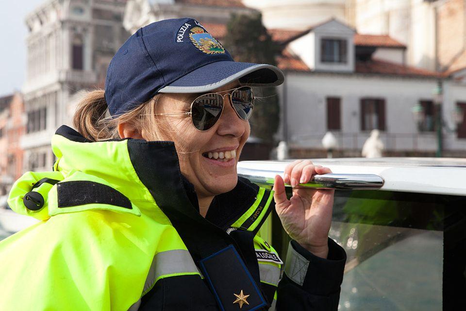 Die Polizistin Lorenza Mariutti liebt ihren Job auf den Wasserstraßen von Venedig, besonders jetzt im Winter, wo wenig los ist