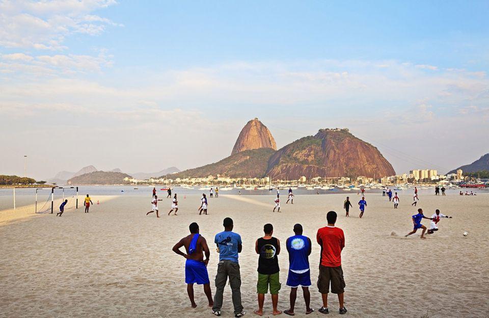 Gut zu wissen: Auf ein Spiel unterm Zuckerberg – Brasilien ist das Land des Fußballs