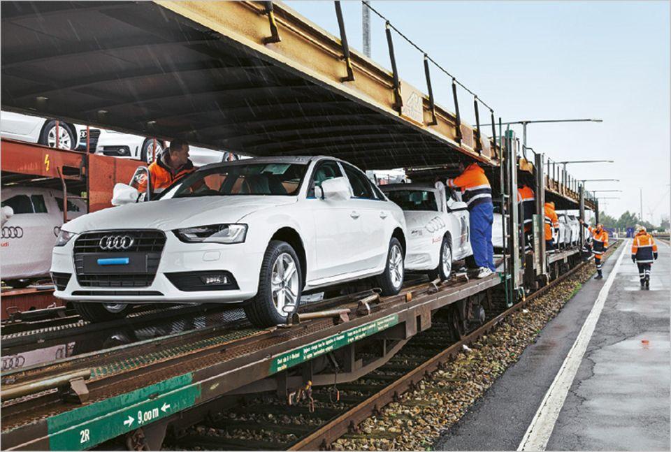Autos, die in Deutschland gebaut wurden, treffen auf Zügen in Bremerhaven ein