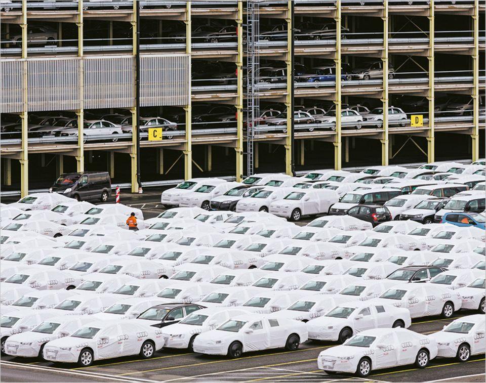 In die Parkhäuser, die sogenannten Regale, passen rund 7.000 Autos