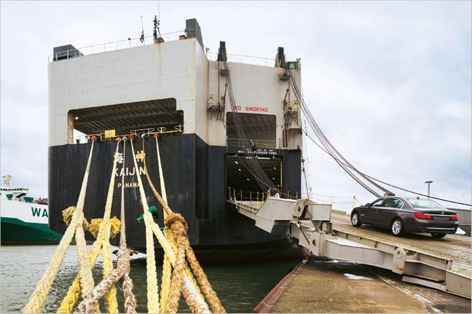 Rund zwei Tage liegen solche Autotransporter zum Be- und Entladen im Hafen