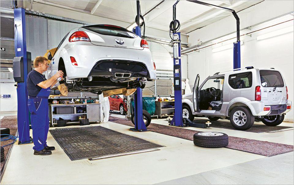 Zum Terminal gehört auch diese Werkstatt. Dort bekommen einige Autos neue Reifen, Sitze oder Schiebedächer verpasst