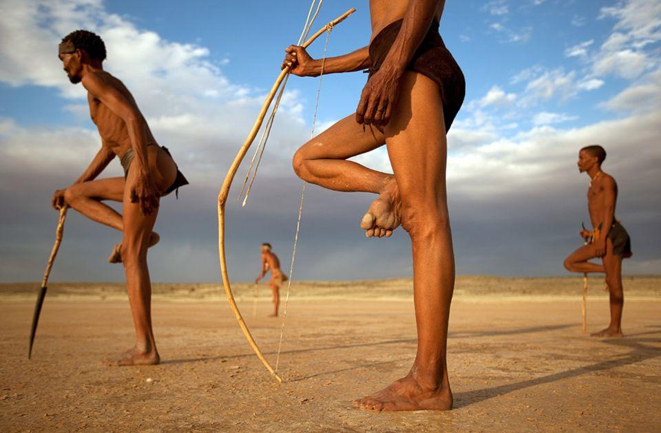 Botswana: Die San leben in Botswana, Namibia, Angola und Südafrika. Immer wieder werden Relikte gefunden, die zeigen, dass das Volk der Buschleute eines der ältesten weltweit sein könnte