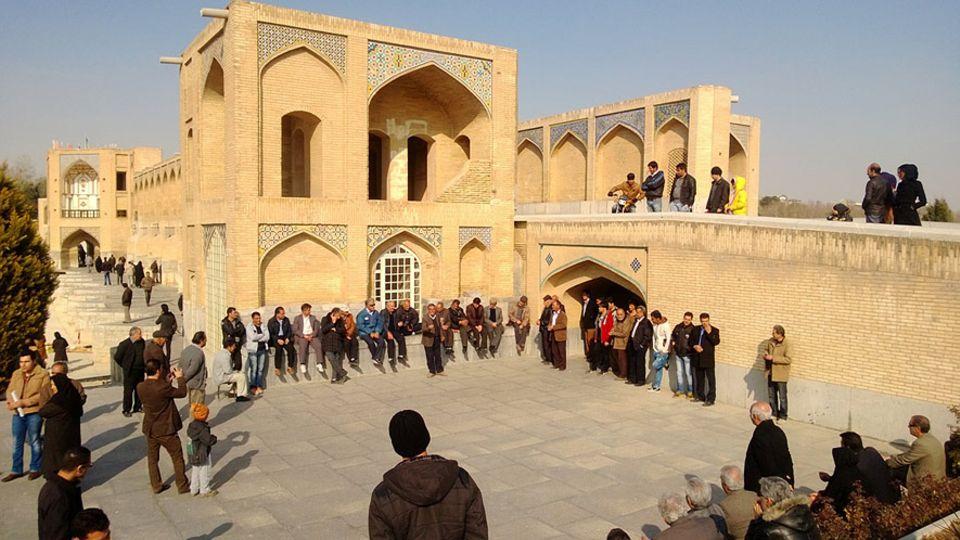 Interview: Isfahan im Iran an Feiertagen: Überall treffen sich Menschen um gemeinsam zu singen. Florian Keller war gerührt