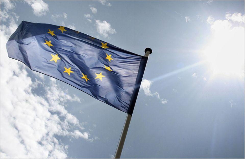 Europa: Die Europaflagge besteht aus einem Kranz von zwölf goldenen Sternen auf blauem Grund