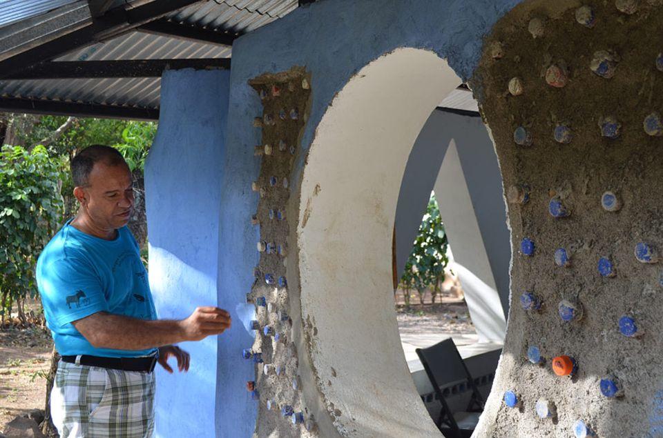 Nicaragua: Alvaro Molina erklärt, wie er aus Plastikflaschen nicht nur Häuser baut, sondern das Sammeln der Flaschen ebenfalls in ein faires Geschäftsmodell umgewandelt hat