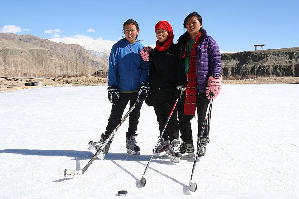 Dechen, Chuskit und Stanzin spielen im Mädchen-Eishockeyteam der Secmol-Schule von Ladakh