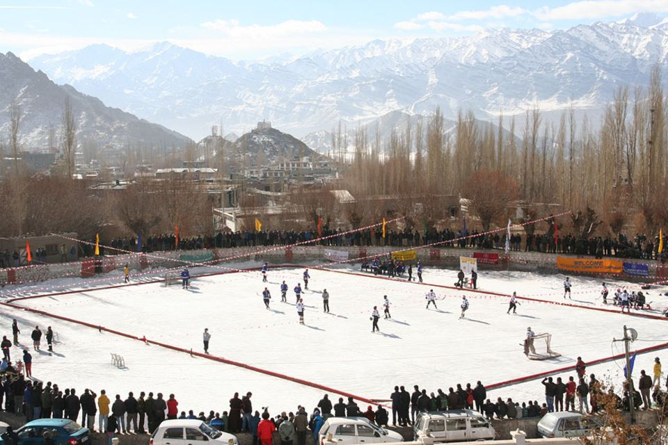Eishockey auf dem zentralen Eisfeld in Leh, umrahmt von 6000 Meter hohen Gipfeln