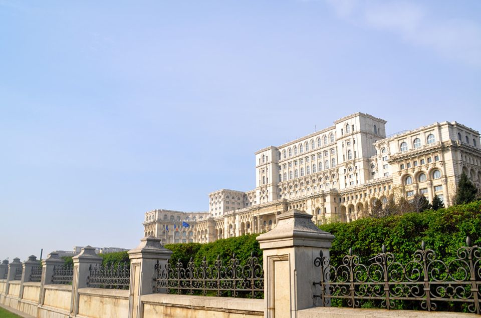 Rumänien: Im Zentrum der Stadt Bukarest ließ der Diktator Nicolae Ceausescu ein Monument seiner Macht errichten: Der Parlamentspalast ist das größte Gebäude Europas und Feindbild vieler Rumänen