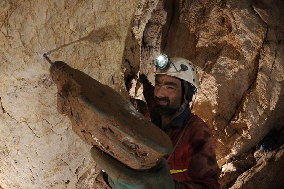 """Höhlenforschung: Der nun verunglückte Johann Westhauser setzt in 100 Meter Tiefe einen neuen """"Spit"""" für einen weiteren Sicherungshaken"""