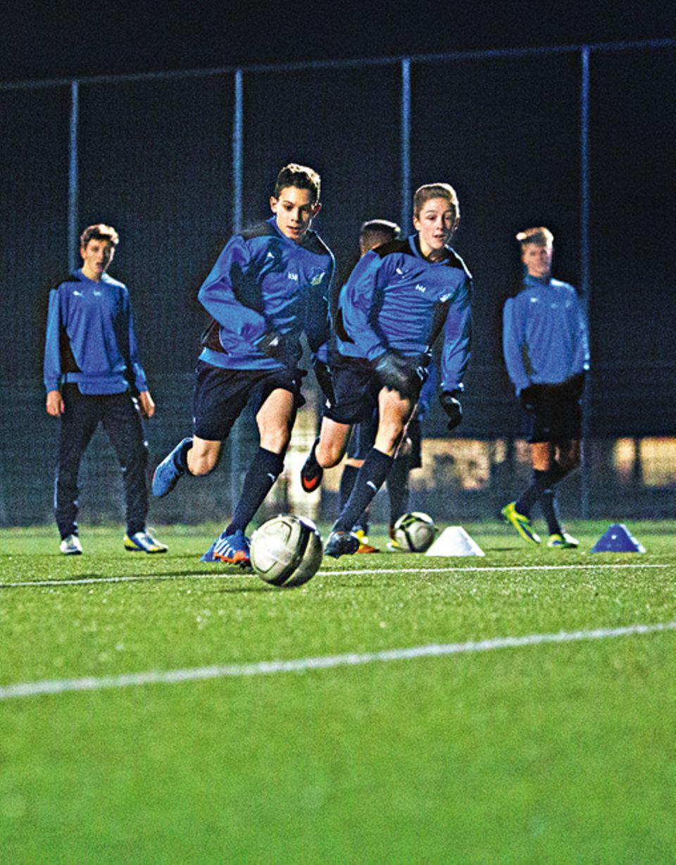 Fußball: Lior trainiert mit der U16-Mannschaft auf dem Platz Konter und Torschüsse