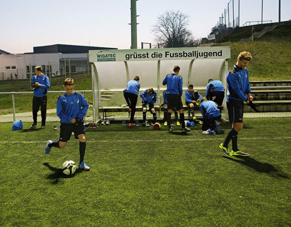 Fußball: Am Abend trainiert die U-16-Mannschaft zwei Stunden täglich