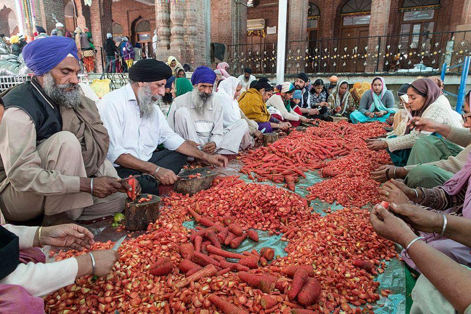 Indien: Vier Tonnen Gemüse werden pro Tag im Tempel kleingehackt und verwertet