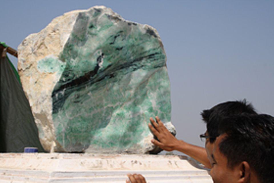Ein Jadeblock vor einem Tempel. Der Stein hat einen Schätzwert von rund 1,5 Mio. Dollar